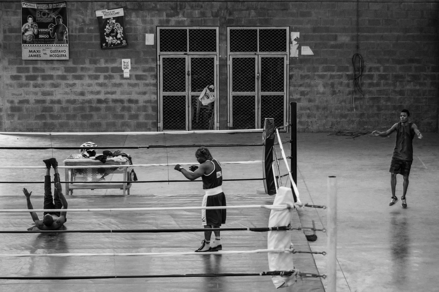 A member of another boxing team, Gustavo Mosquera and Daniel Stiven Ibargüen warm up at the Mariano Ramos Coliseum. February 3, 2018.