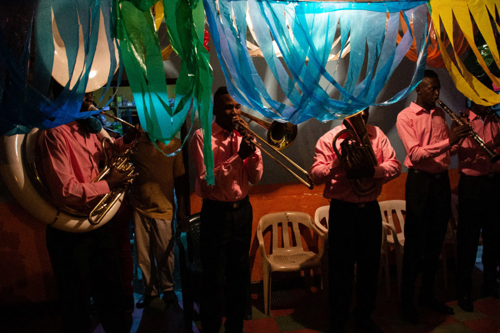 The musical band is essential for Christmas. It is made up of young people specialized in wind instruments, who prepare all year to perform traditional Quinamayó music every February 16.