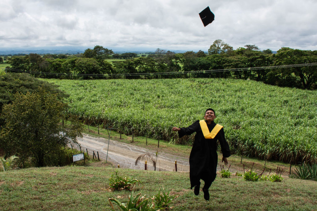 Janer Achito Mejía, a 20-year-old former member of the National Liberation Army (ELN), graduated as an operator of the transformation of aloe vera. He did this through a program sponsored by the Colombian Agency for Reintegration, ARN, offered to 27 former guerrilleros in Toro, a municipality of Valle del Cauca department.