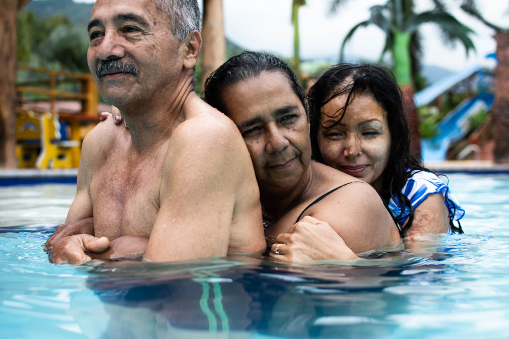In a spa located in Buga, Valle del Cauca department, Diana hugs her mother, Luz Marina, who in turn surrounds Gustavo, the stepfather of the 38 year-old woman. Both of them have been a great emotional support for Diana after the attack of which she was a victim.